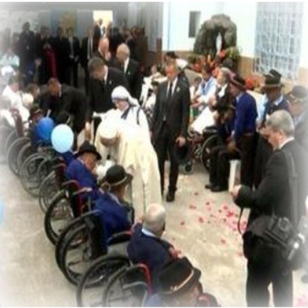 L'abbraccio del Papa agli anziani di Quito