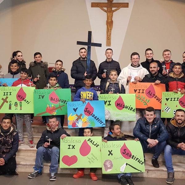 Albania – Via Crucis organizzata dai ragazzi dell'oratorio di Elbasan